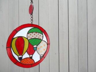 ステンドグラス(赤い気球)の画像