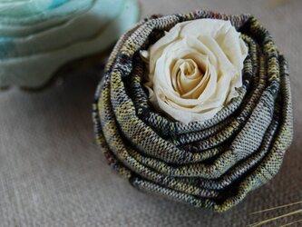 マシュマロローズのコサージュ 草の画像