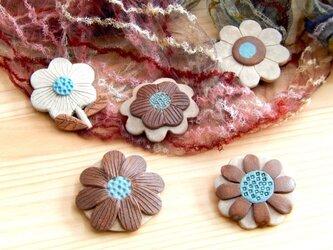 クッキーみたいな花ブローチの画像