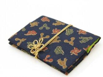 独楽文×若苗色 きものカードケース(梅結びの紐付)の画像