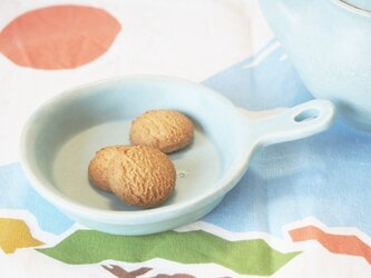 マカロンブルー・フライパンの皿の画像