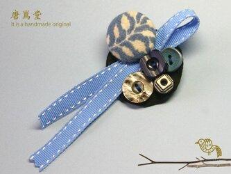 リボンと ボタンのブローチミニ(ブルー)の画像