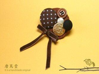 リボンと ボタンのブローチミニA(ブラウン)の画像