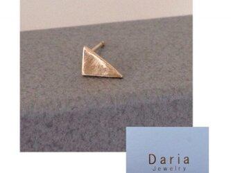 K18 変形三角形 片耳ピアスの画像