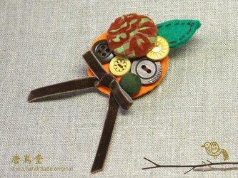 リボンと ボタンのブローチミニA(オレンジ)の画像