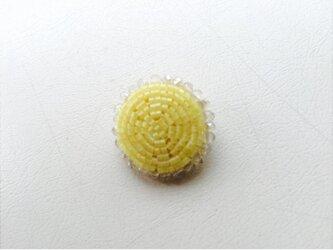 ビーズボタンのブローチ イエローの画像