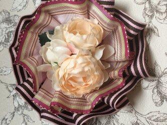 2種類のリボンとお花が可愛いロゼットブローチ(ストライプ)の画像
