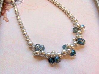 ガラスビーズ(B)とパールのネックレスの画像