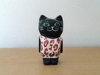 ヒョウ柄の服を着た黒猫マグネットの画像