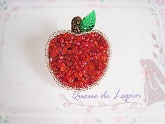 赤いりんごのキラキラブローチの画像