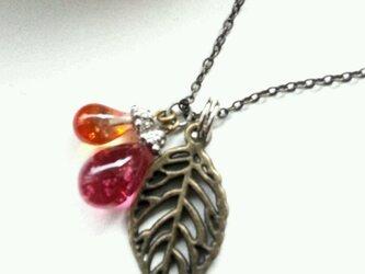 葉っぱとしずくのネックレスの画像