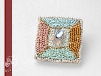 糸とビーズの宝石(テーブル・カット)の画像