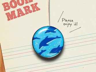 「群れで泳ぐイルカ柄のクリップ型ブックマーク」No.212の画像