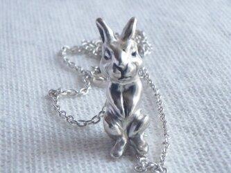 ちょこっと座っている野ウサギの手作りシルバーネックレスの画像