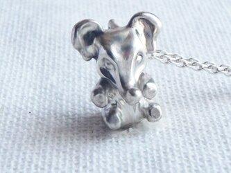 ちょこっと座っている小象の手作りシルバーネックレスの画像
