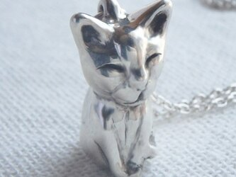じっと見つめてる猫の手作りシルバーネックレスの画像