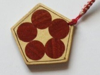 木象嵌の梅鉢風、紅白の根付の画像