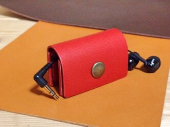 赤い革のイヤホン巻き取りホルダーの画像