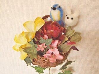 鳥とうさぎの花かごの画像