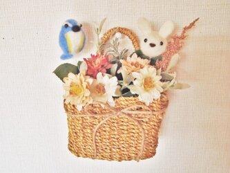 鳥とうさぎの花バスケットの画像