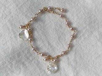ピンクの真珠とけしパールのブレスレットの画像