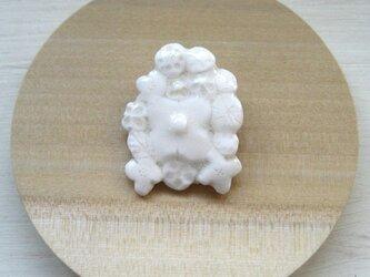 Flowers pattern Brooch (白磁)の画像