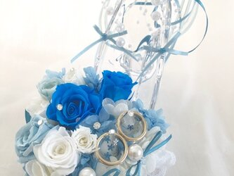 【プリザーブドフラワー/ガラスの靴リングピロー】水色と白い薔薇の画像