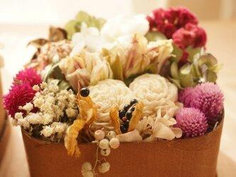 wood boxに詰めた花の画像