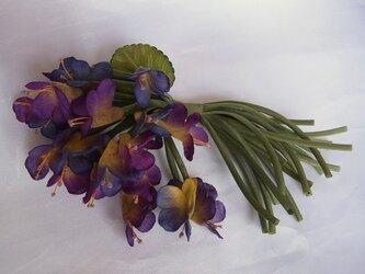 赤紫と青紫のスミレコサージュの画像