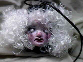 白眼の女の子ペンダントの画像