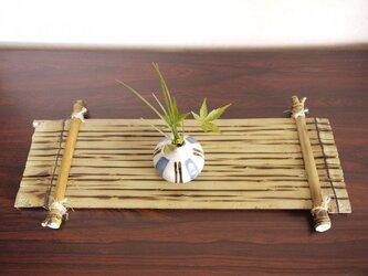 一輪挿しと竹の花台の画像