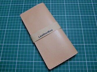 シンプルな本革サドルレザーの長財布(生成り)の画像