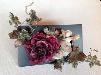 赤紫色バラの額入りの画像