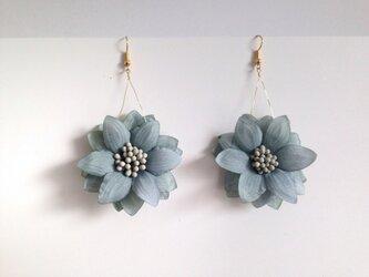 アンティーク調ブルーグレーのお花ピアスの画像