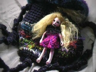 お人形付き魚籠(円形きんちゃく)バッグの画像
