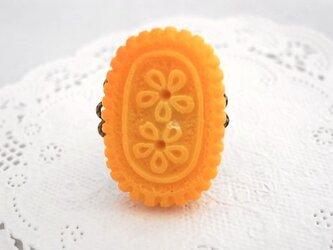 花柄の楕円形クッキーのデコパーツのリング フリーサイズの画像