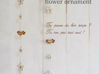 花と小鳥のオーナメントの画像