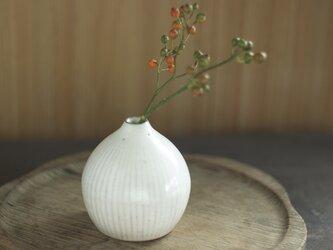 白い陶器の一輪挿し「雫」の画像