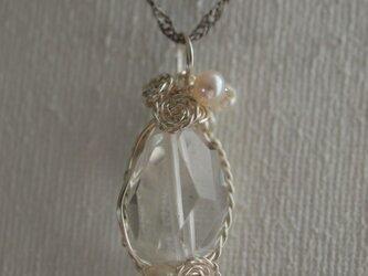 水晶の ワイヤーデザインネックレスの画像