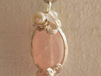 ローズクオーツの ワイヤーデザインネックレスの画像