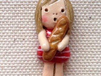 ブローチ【パンを持ったおんなのこ】の画像