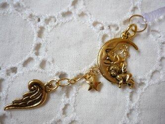 月でうたた寝する天使と、天使の羽のスマホピアスの画像