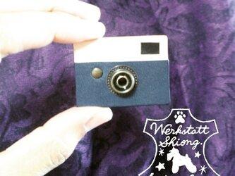 本革ミニチュアカメラ型ブローチ(青)の画像