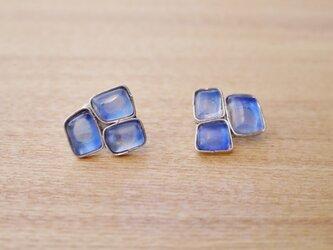 ブルー系ガラスのイヤリングの画像