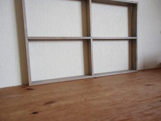 窓辺の飾り棚の画像