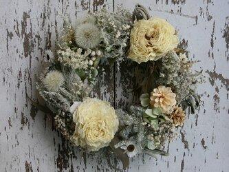 ラナンキュラスと白い花のリースの画像