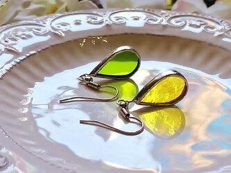 ステンドグラス 雫のピアス~緑とレモン~の画像
