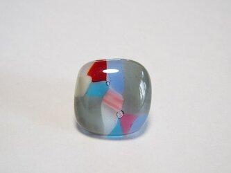 グレーに彩りを添えて/ガラスのブローチの画像