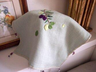 リネンにオリーブ&レモンの刺繍のジャグカバー(25cm角)の画像