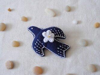 鳥さんブローチ 紺、お花白の画像